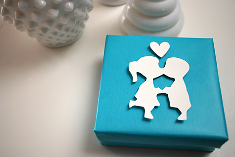 kissing-couple-box-wrapping