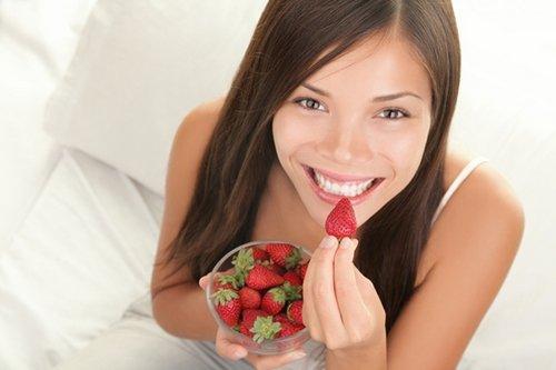 eating-strawberry