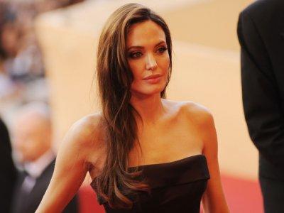 Анджелина Джоли измамена от онколози да се самообезобрази заради несъществуващ рак на гърдата