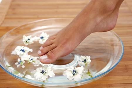 10 лесни домашни лека за напукани пети