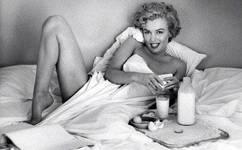 Merilyn-Monroe-bed-o1Gb1xDYOGU