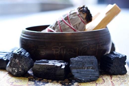 Как да премахваме негативната енергия от дома си с помощта на лесни прочистващи пространството ритуали